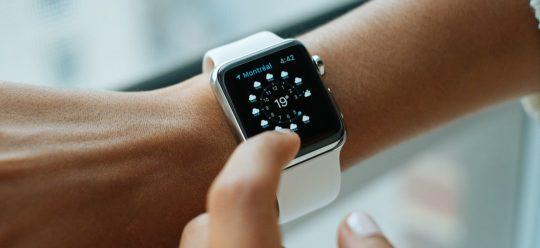 Apple Watch mit weißem Armband